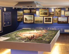 1825. a. Tallinna fassaadijooniste järgivalmistasid linna maketi Õismäe gümnaasiumi õpilased õpetaja Arnold Verte juhendamisel 2002. aastal.