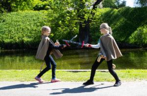 Lapsed mängivad puumõõkadega, kepphobustega, kannavad keskaegseid keepe