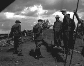 Eesti kaitsevägede ülemjuhataja kindral Johan Laidoner tutvumas Iru linnuse arheoloogiliste kaevamistega 1936(?). aasta suvel. Foto: TLÜ AT FK 10974